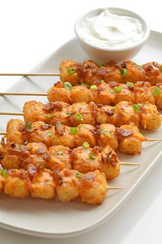 These loaded tater tot skewers are so delicious and they're really easy to make! This is such an easy appetizer recipe! It's great for game day and parties but it also makes a fun side dish for dinner. Loaded with cheese and bacon these are soooo good! Skewer Recipes, Easy Appetizer Recipes, Dinner Recipes, Loaded Tater Tots, Easy Baked Potato, Potato Toppings, Bacon Appetizers, Party Appetizers, Potato Skins