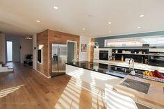 Küche modern. Kochinsel mit Granit.