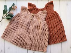 Adorable crochet dress for baby Crochet Bebe, Crochet For Kids, Sewing For Kids, Baby Sewing, Knit Crochet, Crochet Pattern, Crochet Baby Clothes, Newborn Crochet, Baby Knitting Patterns