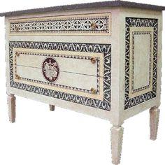 El neoclasicismo nació en Francia un poco antes del reinado de Luis XVI pero aun así se le denominó estilo Luis. Este estilo está definido por los motivos de fuentes grecorromanas.  Los muebl...