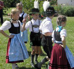 Schöne Trachten tragen die Kinder beim Kirtafest in Edling. Foto: Renate Drax.