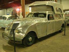 Un automóvil clásico con techo plegable que se transforma en autocaravana. Realmente bonito.