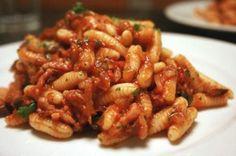 Malloreddus alla Campidanese (Tomato Sauce, Sausage and Basil) Gnocchi, Sardinia, Kung Pao Chicken, Tomato Sauce, Pasta Dishes, Italian Recipes, Basil, Shrimp, Sausage