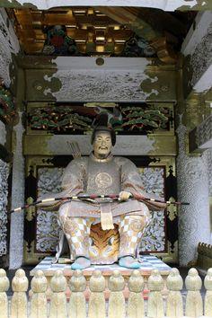 Nikko (日光) est une ville située au Nord de Tokyo, au pieds de montagnes, entourée de forêts et qui fait partie de la préfecture de Tochigi (栃木県). Selon le type de train (express ou non), il faudra compter ... http://blog.m0shi-m0shi.com/voyages/nikko-sanctuaires-temples-et-repos/