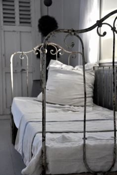 Old French shutters and distressed iron daybed look great with the crisp white linens Jeanne D'arc Living, Cast Iron Beds, Wrought Iron Beds, Decoration Chic, Country Bedding, Brass Bed, Deco Retro, French Bed, Old Beds