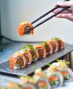 Make Sushi Photo Sushi Recipes, Asian Recipes, Cooking Recipes, Sushi Comida, Dessert Chef, Sushi Pictures, How To Make Sushi, Food Website, Aesthetic Food