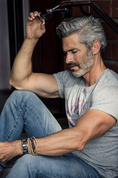 Silver Hair Men, Grey Hair Men, Men Hair Color, Older Mens Hairstyles, Haircuts For Men, Silver Foxes Men, Handsome Older Men, Men Over 50, Grey Beards