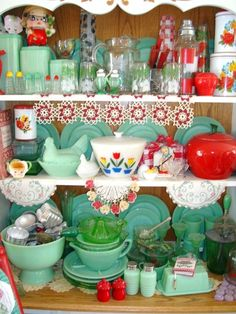 Display of pieces from all decades: jadeite, milk glass, Pyrex fire king, vintage tins. Vintage Love, Vintage Decor, Retro Vintage, Vintage Items, Vintage Stuff, Vintage Display, Victorian Decor, Vintage Green, Vintage Kitchenware