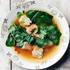 Zupa miso z łososiem, szpinakiem i kalafiorem