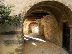 """Raggiungibile solo a piedi tramite comode mulattiere, il borgo di Camerata Cornello sorge su uno sperone roccioso a picco sul fiume Brembo, lungo il vecchio tracciato della """"Via Mercatorum""""."""