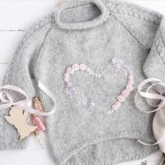 Discover thousands of images about tricot pullover laine gris pour enfant petite fille, motif coeur (knit, heart) Knitting For Kids, Baby Knitting Patterns, Crochet For Kids, Crochet Baby, Knit Crochet, Crochet Ideas, Kids Clothes Patterns, Clothing Patterns, Baby Sweaters
