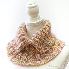 golas de trico Here is an easy neckwarmer which you can knit in few hours only! An original design byLouise Robert for Biscotte Yarns! In addition to the knitting pattern, you will need Loom Knitting Projects, Loom Knitting Patterns, Knitting Stitches, Free Knitting, Crochet Patterns, Knit Cowl, Knit Crochet, Neck Warmer, Free Pattern