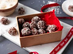 Bountyboller | Oppskrift | Meny.no Christmas And New Year, Oreo, Cereal, Sweets, Dessert, Snacks, Cookies, Breakfast, Recipes