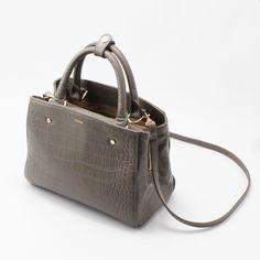 【CHARUER(シャルエ)】 手元に女性らしさを加えるトートバッグ。 上品さ漂うデザインは、どんなスタイルにもマッチします。  ショルダーの紐は取り外し可能な為、 ショルダーバッグ・トートバッグと2WAYで使って頂けますよ♪ http://www.hecrou-online-store.com/?pid=99534177