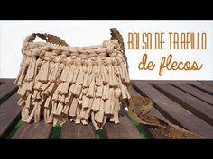 Cómo tejer un bolso de trapillo con flecos fácil - El Cómo de las Cosas Crochet T Shirts, Crochet Fabric, Fabric Yarn, Freeform Crochet, Knit Crochet, Diy Purse Making, Yarn Bag, Diy Handbag, Tuto Sac