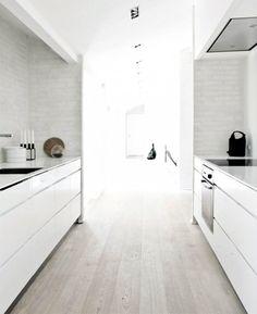 lichte vloer, witte keuken