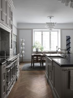 The Nordroom - A Stylish Apartment Designed by Joanna Lavén Apartment Kitchen, Apartment Design, Classical Kitchen, Country Look, Swedish Kitchen, Nordic Kitchen, La Cornue, Kitchen Benches, Custom Kitchens