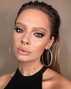 Big earrings and gold eye makeup Glam Makeup, Gold Eye Makeup, Makeup For Green Eyes, Makeup Inspo, Bridal Makeup, Makeup Inspiration, Hair Makeup, Big Lips Natural, Natural Makeup