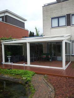 Een tuinkamer geplaatst compleet met Solarlux wanden en een terras composietvloer,en bovenliggende zonwering tot volle tevredenheid van de klant.