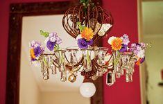 Tem um lustre antigo, daqueles com porta-velas, que não tem mais como usar? Transforme em peça decorativa com flores nos recipientes de vidro. Foram usados lisiantos, gérberas, campânulas e goivos