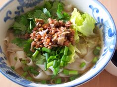 """ベトナムで食べてみたいお食事と言ったら""""フォー""""ですよね!もともとは、北部にあるハノイが本場って知ってましたか?ハノイからベトナム全土に広がり、今ではすっかりフォーは、国民食にまでなりました。牛骨、香味野菜、スパイスを独自に調合し、長時間煮込み、肉の臭みがない絶品スープに、薄くて幅のある米粉で作られた麺がマッチしたフォーは絶品です。今回は、そんな国民食にもなっているフォーのおすすめのお店を紹介します。ベトナムに来たのなら、絶対に一度は行きたいお店です!"""