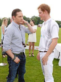 Pin for Later: Wenn Welten aufeinander prallen: Promis begegnen den Royals  Tom Hardy und Prinz Harry plauderten bei der Audi Polo Challenge in Ascot im Juni 2014.