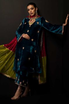 Pakistani Party Wear Dresses, Simple Pakistani Dresses, Pakistani Bridal Dresses, Pakistani Dress Design, Indian Dresses, Shadi Dresses, Pakistani Outfits, Stylish Dress Designs, Stylish Dresses