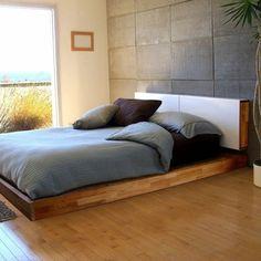 tête de lit originale dans la chambre à coucher originale, sol en planchers clairs