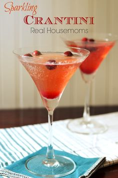 Sparkling Crantini | Real Housemoms | This drink is perfect for both Thanksgiving and Christmas!!