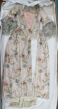 Kristina Juliana Green oli naimisissa loviisalaisen kauppias Elias Unoniuksen kanssa. Kristina Green oli syntynyt Haminassa vuonna 1742, kuoli vuonna 1866. Naisten morsiuspuku violettipohjaista silkkiä, jossa tummemman violetin ja valkoisen värisiä kudottuja raitoja sekä suuria kukkia, joissa vihreää, punaista, sinistä, keltaista ja valkoista. Päällyshame nyöritetän nauhalla vyötärön ympärille. Turun museokeskus. Foundation Colors, Fashion Fabric, Georgian, 18th Century, Kimono Top, Costumes, Clothes For Women, Womens Fashion, Costume