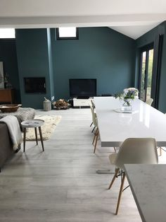 Interior Stylist, Pippa Jameson, talks about why she chose Quick-Step's laminate flooring for her renovation. She includes useful tips for choosing your own floor along with what types and shades are available.