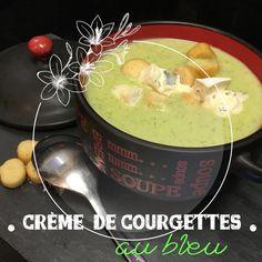 Ingrédients 90 g d'oignons 800 G de courgettes  1 cuillère à café d'origan  15 g de beurre ou d'huile d'olive 300 g d'eau  200 g de pomme de terre 1 cube de bouillon de légumes 100 g de crème fraîche  80 g de bleu sel poivre