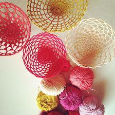 Pour une jolie déco DIY, laissez vous tenter par ces corbeilles réalisées au crochet ! Le tuto est ici >>> http://www.perlesandco.com/Corbeille_celeste_Crochet-s-2448-43.html