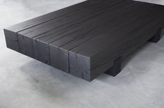 This solid oak coffee table consist of 7 robust beams, which measure 20x20cm and have a length of 100cm. These beams rest on a metal base. Thanks to the..