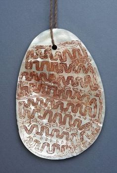 This article examines Aboriginal pearl Shell adornments both as a fascinating aboriginal Artifact and as a collectable aboriginal art form. Shell Jewelry, Tribal Jewelry, Jewelry Art, Indigenous Australian Art, Indigenous Art, Red Pigment, Aboriginal Painting, Art Story, Ancient Jewelry