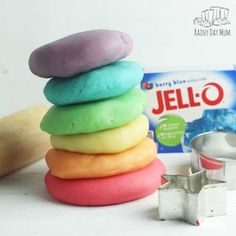 How to Make Homemade Jello Playdough Recipe - Rainy Day Mum - Ideas for Family Fun! Best Homemade Playdough Recipe, Homemade Jello, Homemade Bubbles, Slime Recipe, Edible Playdough Recipe, Cooked Playdough, Bubble Activities, Edible Slime, Jello Recipes