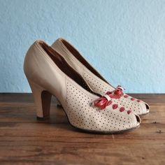 vintage by della Vintage Shoes Women, Vintage Heels, Mode Vintage, Vintage Ladies, Vintage Outfits, Vintage Style, Vintage Wardrobe, Vintage Boots, 1940s Fashion