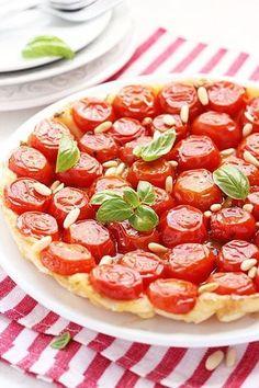 La Tarte tatin salata è la variante ai pomodori della classica torta di mele rovesciata nata in Francia ben oltre un secolo fa