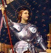 Santa Giovanna D'Arco (Jeanne D'arc in francese) patriota francese, sostenne di aver sentito delle voci celesti e si presentò come colei che avrebbe liberato la Francia dagli inglesi. Riuscì a liberare Orlèans nel 1429.  Catturata nel 1430 dal nemico, fu accusata d'idolatria, di scisma e d'apostasia per poi essere arsa viva il 30 maggio del 1431.   In foto Giovanna D'Arco con l'armatura raffigurata come santa.