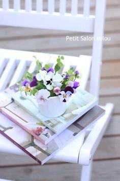 庭に咲いているヴィオラやパンジー。 小さな花を、小さな器にアレンジするのが一番好きなので、 この季節は楽しみがいっぱいです。  ただ今、シ...