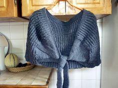 Tricote moi un chauffe-épaules... Capelet Knitting Pattern, Knitting Patterns Free, Free Pattern, Knitted Shawls, Lana, Couture, Sweaters For Women, Pullover, Voici