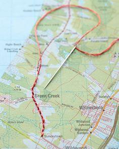 DIY - Come ricordare un viaggio: prendete la cartina dei vostri spostamenti, cucitene il percorso e incorniciatela. Semplice idea fai da te
