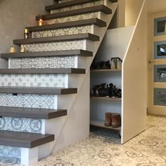 De ruimte onder je trap is perfect om schoenen te bewaren Room Under Stairs, How To Store Shoes, Architect Design, Clever Diy, House Colors, Home And Living, Small Spaces, Decoration, Sweet Home