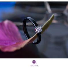 Кольцо «Квадро» из чёрной высокотехнологичной ювелирной керамики и белого золота 585 пробы, инкрустированное 9 бриллиантами идеальной огранки, общим весом 0.0260 карата.
