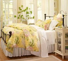 Yellow bedspread with pink flowers - Modern Bedroom Trendy Bedroom, Cozy Bedroom, Modern Bedroom, Bedroom Decor, Bedroom Ideas, Modern Bedding, Luxury Bedding, Modern Beds, Decorating Bedrooms