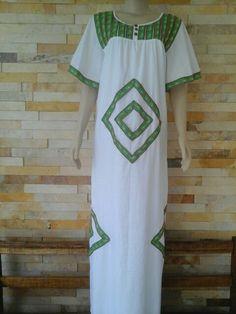 Lindo vestido de cambraia de algodão com fita bordada, único.