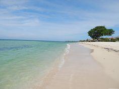 Playa Ancón é definitivamente um dos lugares mais lindos que já vi. Isso porque eu não estive em um dos famosos cayos em Cuba (por restrições orçamentárias, e me arrependo). Mas queria muito conhecer uma praia do Caribe, e a Ancón, pertinho de Trinidad, era uma opção gratuita (e vazia durante a semana).
