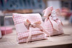 Bustina per bomboniera Battesimo o Nascita per bimba. Decorata con nastro rosa doppio raso. Gift Wrapping, Gifts, Gift Wrapping Paper, Presents, Wrapping Gifts, Favors, Gift Packaging, Gift