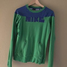 Nike Sweatshirt Top Nike two toned sweatshirt top. Perfect for colder weather workouts. Has thumb holes, too. Has some pilling but still in great condition. Nike Tops Sweatshirts & Hoodies