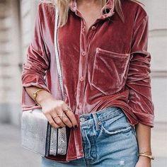 Camisa de veludo rose, bolsa metalizada, calça jeans